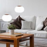 Moderne Hängelampe Sotto Luce Dosei mit Glas-Lampenschirm opal matt und kupfer im Wohnzimmer