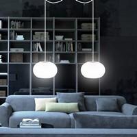 Funktional Pendellampe Sotto Luce Dosei mit Glas-Lampenschirm opal, dekorativem Textilkabel und Deckenbaldachin.