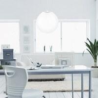 Kugel-Pendellampe Sotto Luce Tsuki mit Glas-Lampenschirm opal und Textilkabel weiß