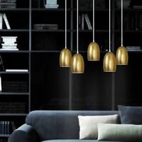 Funktional Pendelleuchte Sotto Luce Ume mit Glas-Lampenschirm gold, dekorativem Textilkabel und Deckenbaldachin.